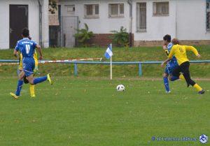 Fußballspiel auf grünem Rasen